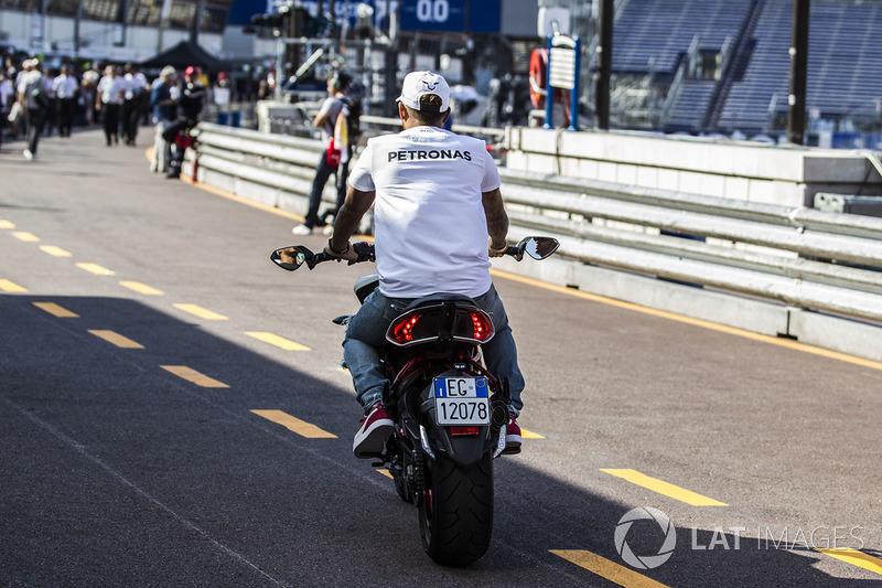 Льюіс Хемілтон, Mercedes AMG F1 на MV Agusta Custom Dragster RR LH44 Superbike