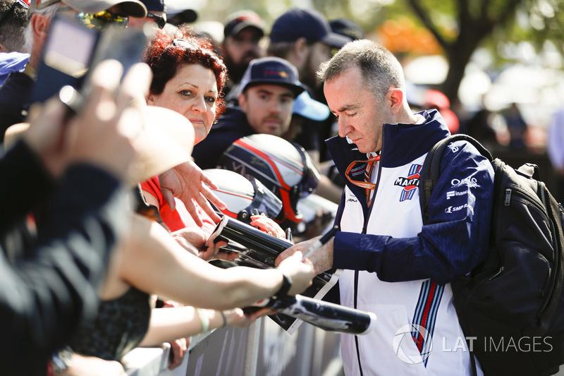 Paddy Lowe, Williams Martini Racing Formula 1, imza dağıtıyor