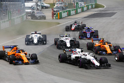 Lance Stroll, Williams FW41, leads Fernando Alonso, McLaren MCL33, Stoffel Vandoorne, McLaren MCL33, Sergey Sirotkin, Williams FW41, Marcus Ericsson, Sauber C37, Pierre Gasly, Toro Rosso STR13, and Romain Grosjean, Haas F1 Team VF-18, at the start