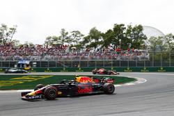 Max Verstappen, Red Bull Racing RB14, voor Daniel Ricciardo, Red Bull Racing RB14
