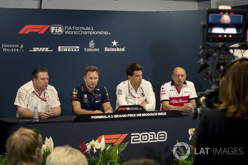 Zak Brown, PDG de McLaren Racing, Christian Horner, directeur de Red Bull Racing, Toto Wolff, directeur de Mercedes AMG F1, et Frédéric Vasseur, Sauber, Team Principal, lors de la conférence de presse