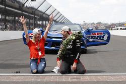 1. Will Power, Team Penske Chevrolet, mit Ehefrau Liz