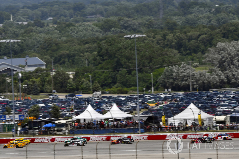 Erik Jones, Joe Gibbs Racing, Toyota Camry DeWalt e Kevin Harvick, Stewart-Haas Racing, Ford Fusion Jimmy John's Kickin' Ranch