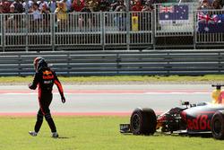 Daniel Ricciardo, Red Bull Racing RB13 retires from the race