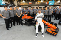 Fernando Alonso, McLaren, with his team at the McLaren team photo call