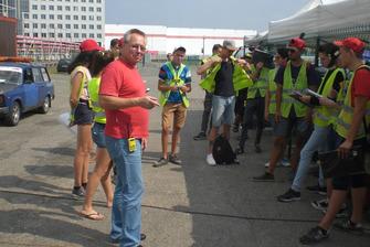Начальник безпеки Олександр Кулаков інструктує маршалів - ранок п'ятниці