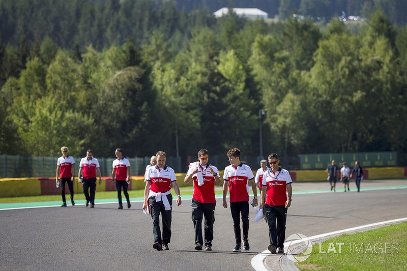 Charles Leclerc, Sauber, cammina lungo il circuito con i suoi ingegneri
