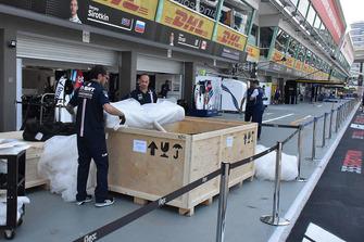 Due membri del team Racing Point Force India estraggono delle componenti da una cassa