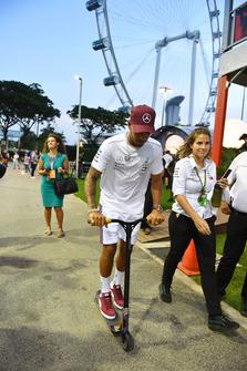 Lewis Hamilton, Mercedes AMG F1 sur une trottinette