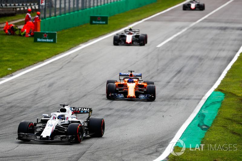 Lance Stroll, Williams FW41, por delante de Fernando Alonso, McLaren MCL33, y Kevin Magnussen, Haas F1 Team VF-18