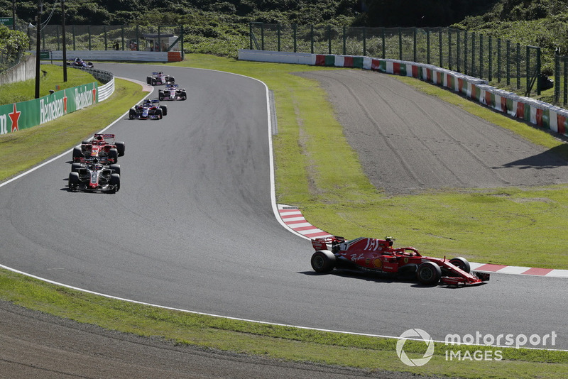 Kimi Raikkonen, Ferrari SF71H ve Romain Grosjean, Haas F1 Team VF-18