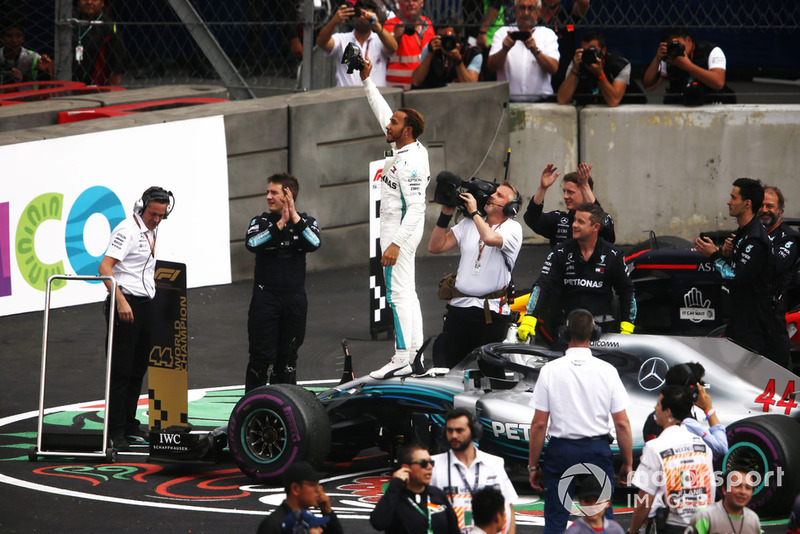 Lewis Hamilton, Mercedes AMG F1 W09 EQ Power +, celebra en el Parc Ferme luego de ganar su quinto Campeonato Mundial