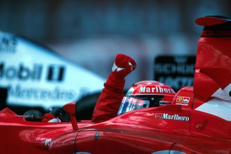 Michael Schumacher, celebra la victoria número 150 del GP para el equipo Ferrari