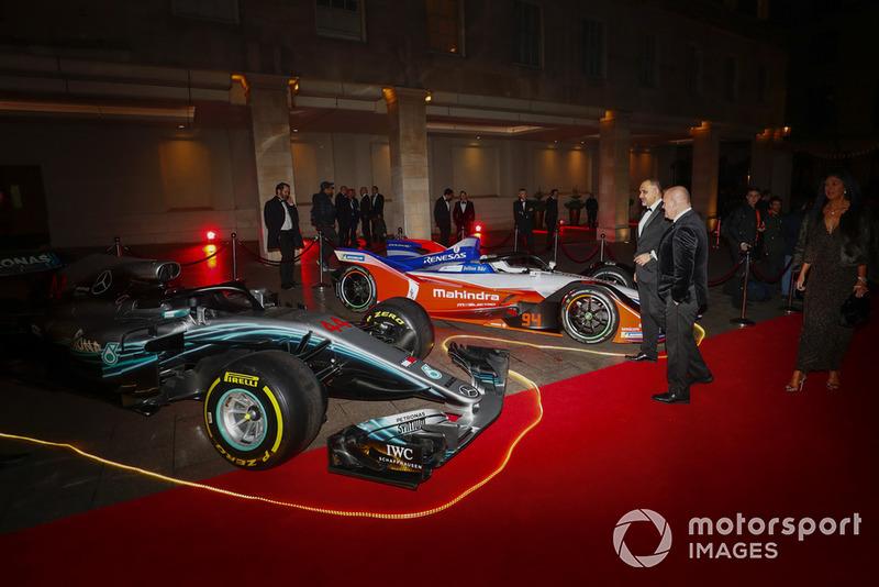 Un Mercedes F1 y un Mahindra Fórmula E