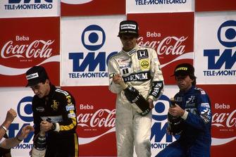 Podio: Ganador de la carrera Nelson Piquet, Williams FW11, segundo lugar Ayrton Senna, Lotus 98T, y tercer lugar Jacques Laffite, Ligier JS27