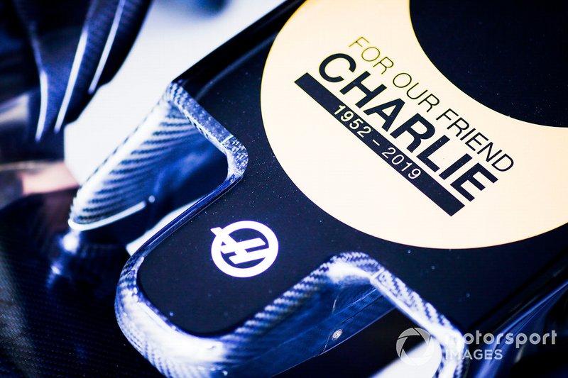 Логотип в память о Чарли Уайтинге на Haas F1 Team VF-19