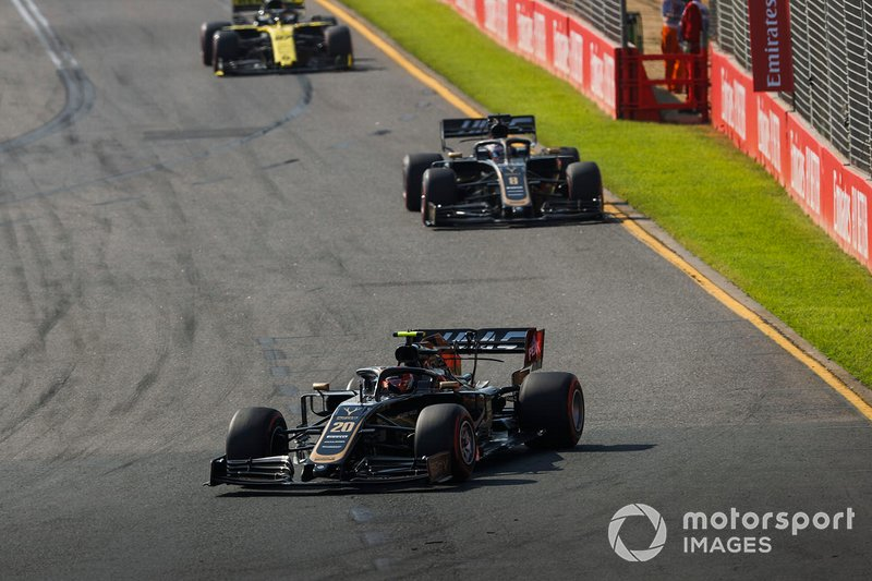 Kevin Magnussen, Haas F1 Team VF-19, Romain Grosjean, Haas F1 Team VF-19, y Nico Hulkenberg, Renault F1 Team R.S. 19