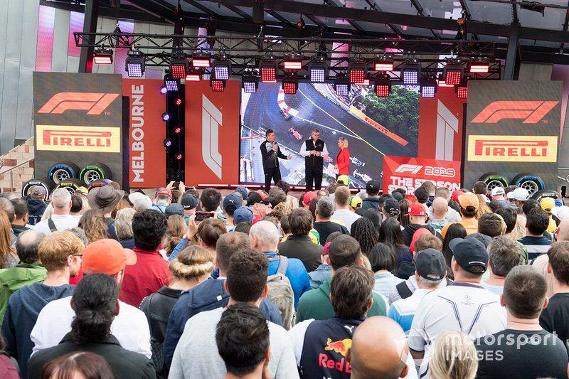 Mario Isola, Racing Manager, Pirelli Motorsport, e Ross Brawn, Managing Director del Motorsports, FOM, sul palco dell'evento a Federation Square
