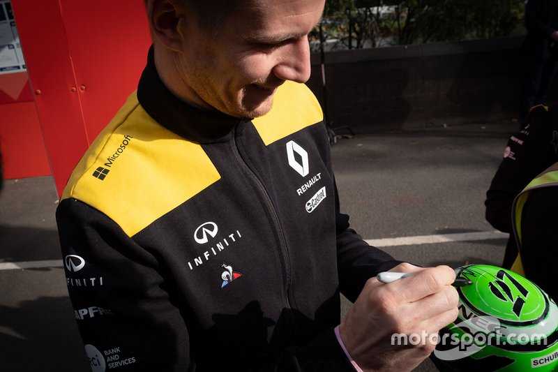 Nico Hulkenberg, Renault F1 Team signs autographs for the fans