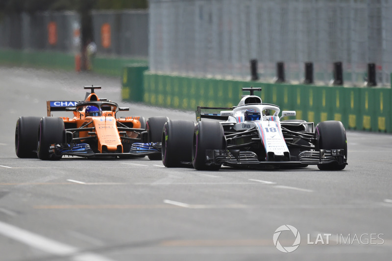 Lance Stroll, Williams FW41 ve Fernando Alonso, McLaren MCL33