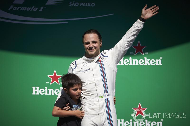 Felipe Massa, Williams, saluda a sus fans locales desde el podio tras su última carrera en casa con su hijo Felipinho