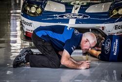 Mecánico del Ford Chip Ganassi Team UK en acción