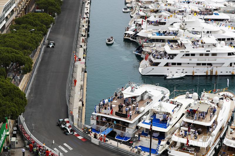 Keke Rosberg lidera a su hijo Nico Rosberg mientras recorren el circuito en sus autos ganadores del título mundial