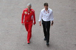 Maurizio Arrivabene, Teambaas Ferrari, met Toto Wolff, Executive Director (Business), Mercedes AMG