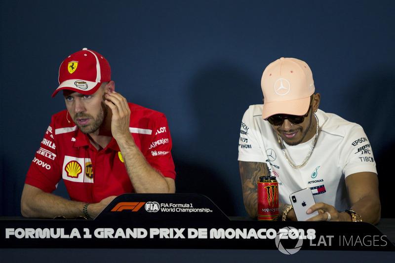 Sebastian Vettel, Ferrari y Lewis Hamilton, Mercedes-AMG F1 en la conferencia de prensa