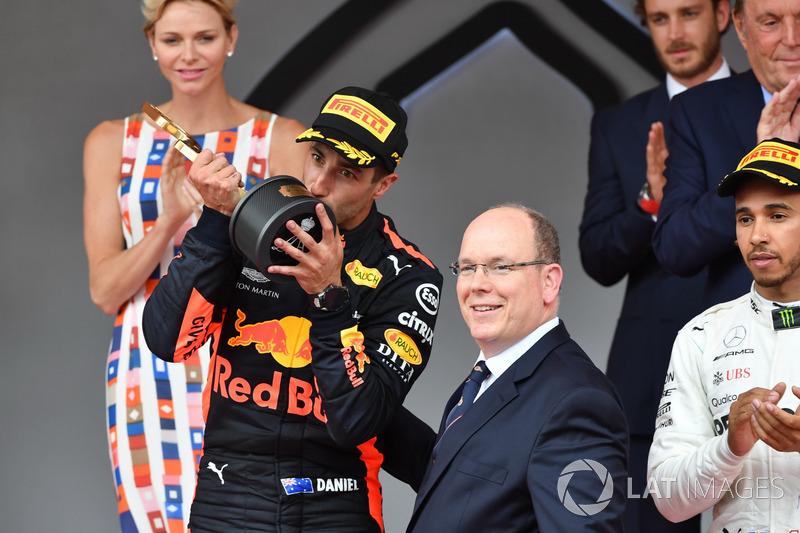Победитель Даниэль Рикардо, Red Bull Racing, и князь Монако Альбер II