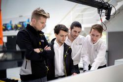 INFINITI Engineering Academy: Die jungen Ingenieure besprechen sich mit Nico Hülkenberg