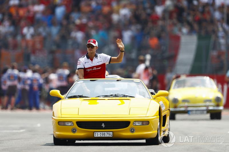 Marcus Ericsson, Sauber, mengikuti parade pembalap