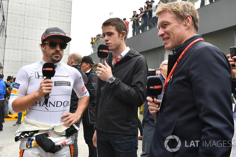 Fernando Alonso, McLaren talks with Paul di Resta, Sky TV and Simon Lazenby, Sky TV