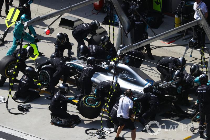 Valtteri Bottas, Mercedes AMG F1 W09, en un pit stop