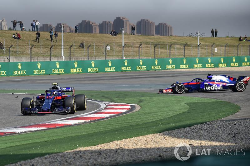 Pierre Gasly, Scuderia Toro Rosso STR13 y Brendon Hartley, Scuderia Toro Rosso STR13 chocan