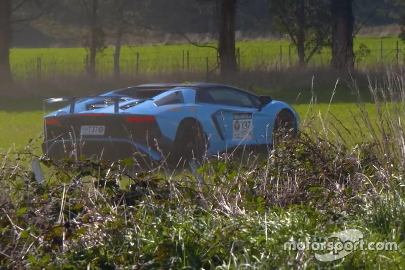 Autó Off-road terepre vándorolt a Lamborghini Aventador SV