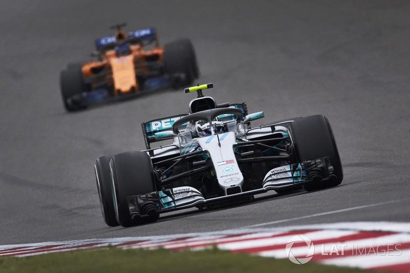Valtteri Bottas, Mercedes AMG F1 W09, leads Fernando Alonso, McLaren MCL33 Renault