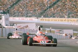 Niki Lauda, Ferrari 312T; Emerson Fittipaldi, McLaren M23
