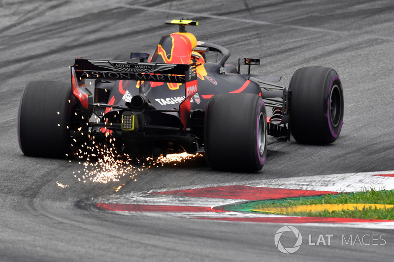 Max Verstappen, Red Bull Racing RB14 saca chispas
