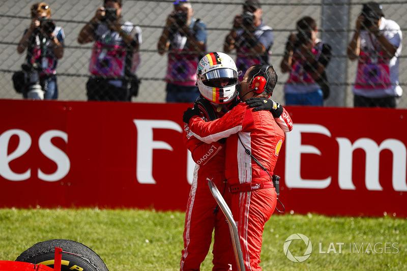 Sebastian Vettel, Ferrari, troisième, avec son ingénieur dans le parc fermé