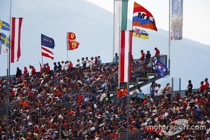 Penonton di grandstand