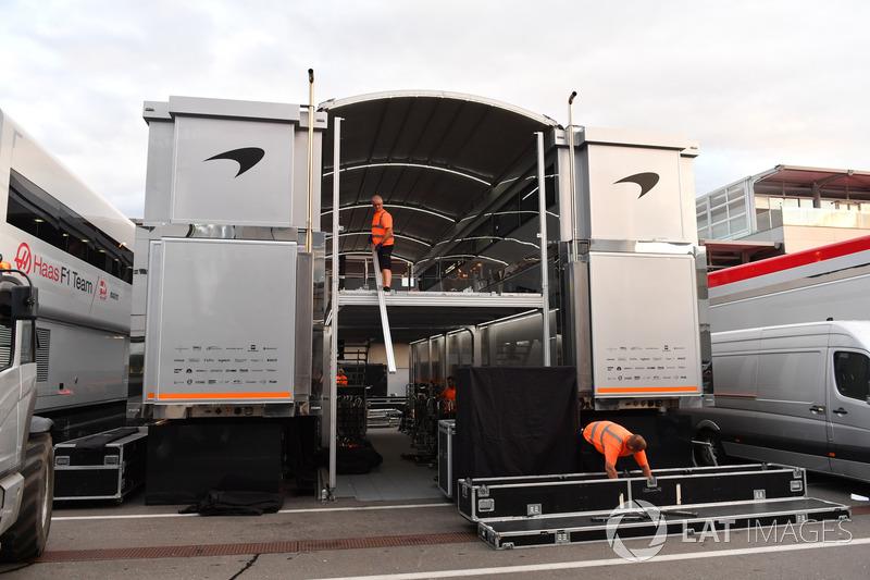 Le motorhome McLaren et du matériel