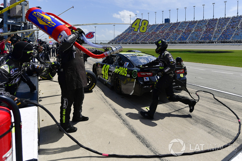 Jimmie Johnson, Hendrick Motorsports, Chevrolet Camaro Lowe's for Pros, effettua un pit stop, Sunoco