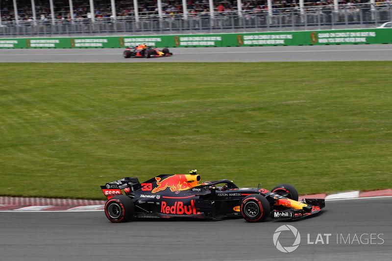 Max Verstappen, Red Bull Racing RB14 e Daniel Ricciardo, Red Bull Racing RB14 che esce dalla pitlane