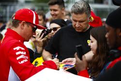 Kimi Raikkonen, Ferrari, signe des autographes pour les fans