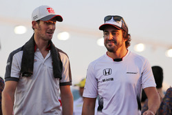 Romain Grosjean, Haas F1 Team y Fernando Alonso, McLaren en el desfile de pilotos