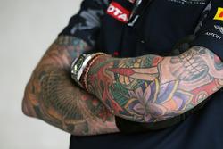 Red Bull Racing mecánico con tatuajes