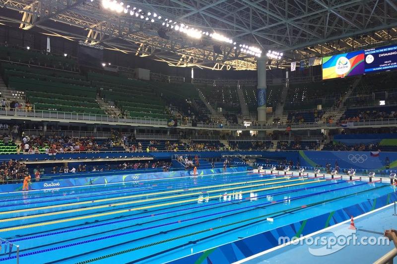 Valtteri Bottas en la piscina olímpica