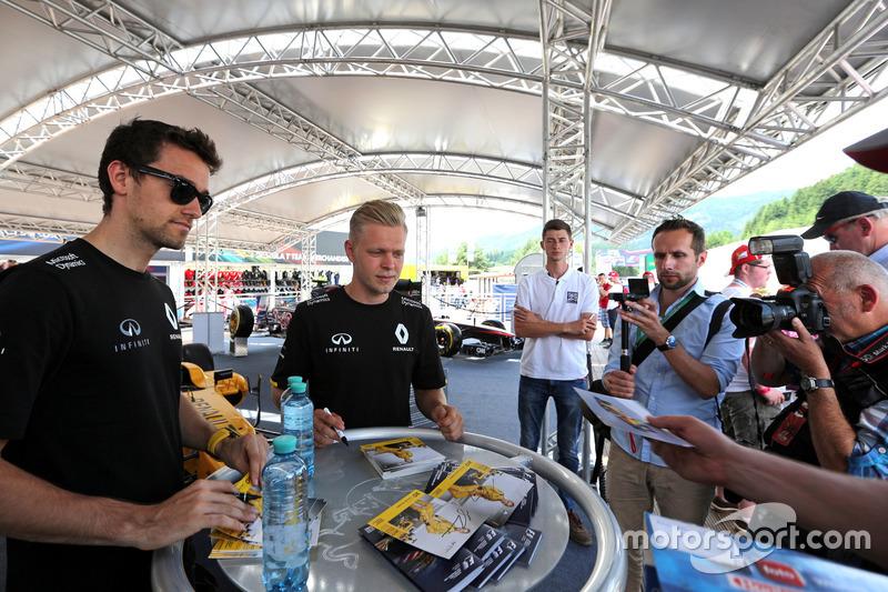 Jolyon Palmer, Renault Sport F1 Team; Kevin Magnussen, Renault Sport F1 Team