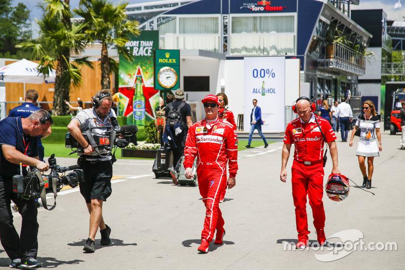 Kimi Raikkonen, Ferrari, se regresa a su garaje
